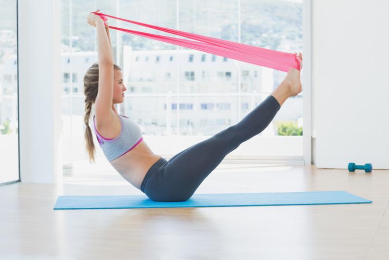Hacer ejercicio en casa con bandas de resistencia